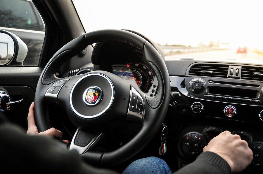 Fiat-500-Abarth-deska-rozdzielcza.jpg